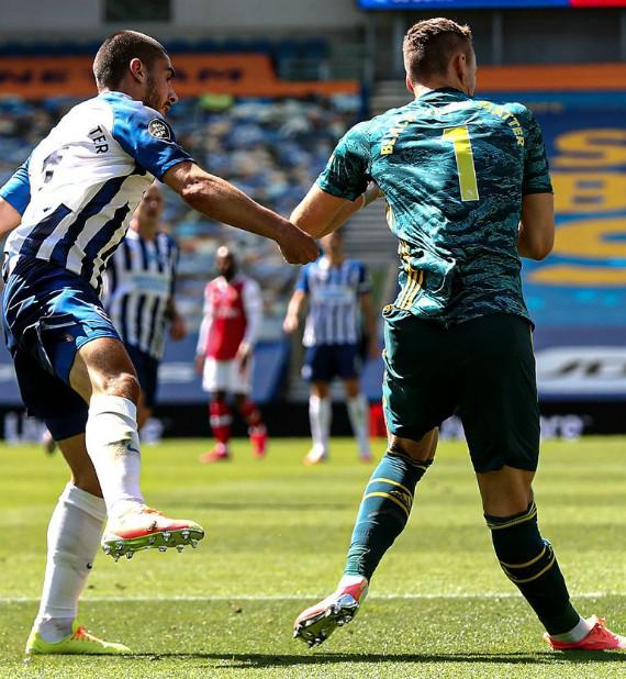 Bernd Leno Knee Injury against Brighton Photo Bending